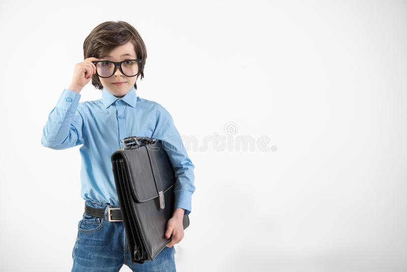 Pojke för brunnpåkläddstillhet som önskar om yrke arkivfoto