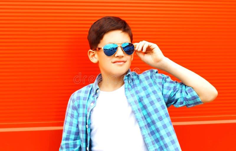 pojke för closeupståendetonåring i solglasögon på ett färgrikt arkivbild