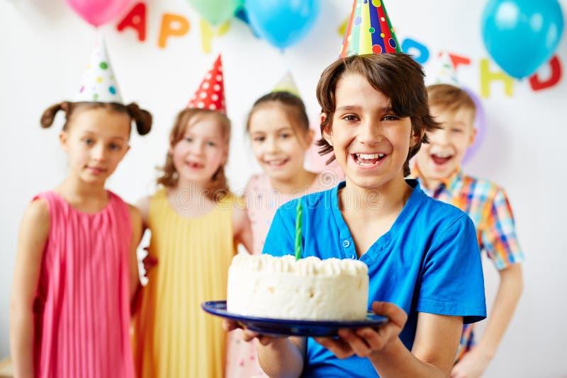 Pojke för lycklig födelsedag med vänner arkivfoto