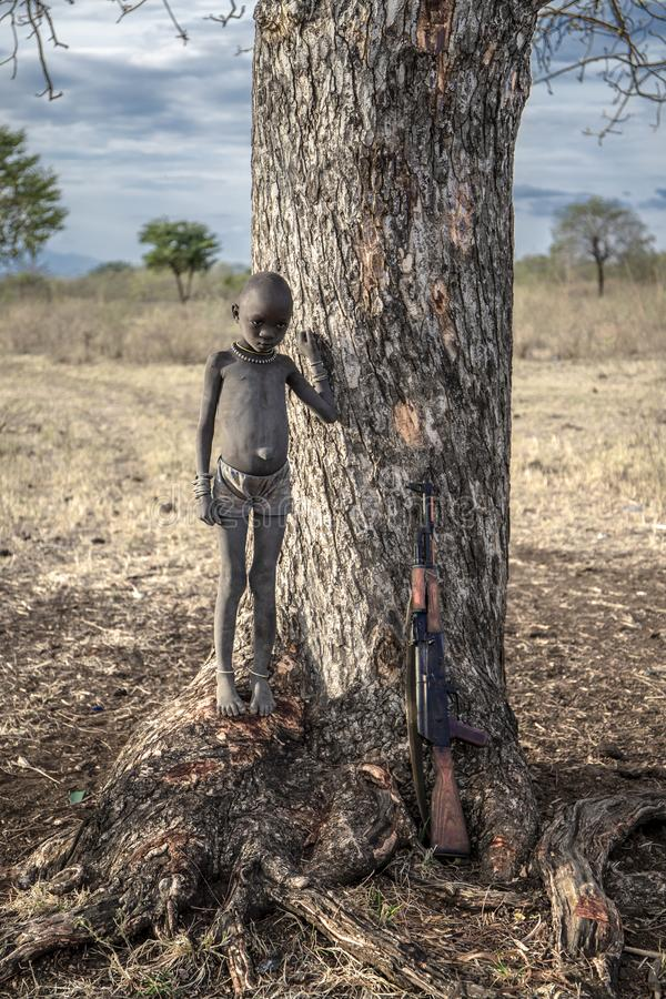 Pojke från den afrikanska stammen Mursi, Etiopien arkivbilder
