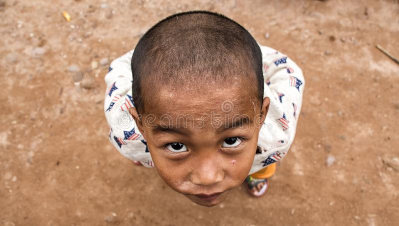 Pojke från den Akha folkgruppen i Laos arkivfoton