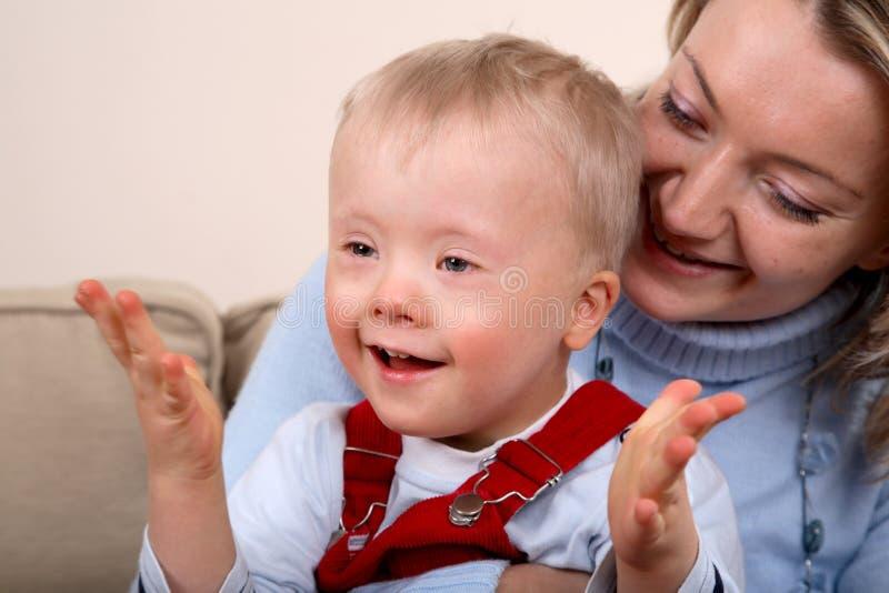 pojke handikapp hållmoder fotografering för bildbyråer