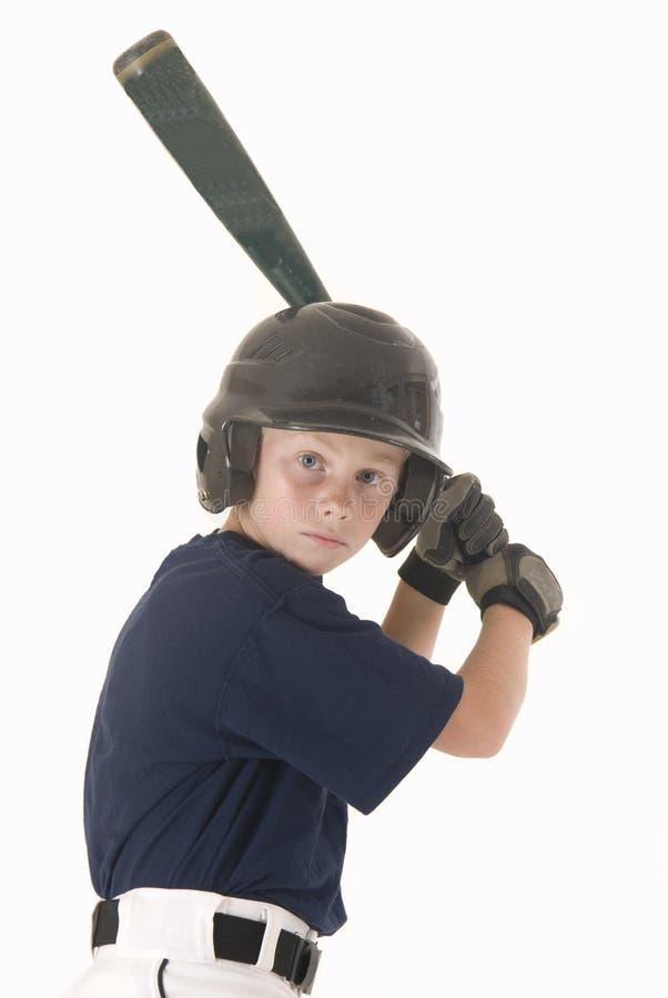 Pojke i baseballhjälm med slagträet arkivbilder