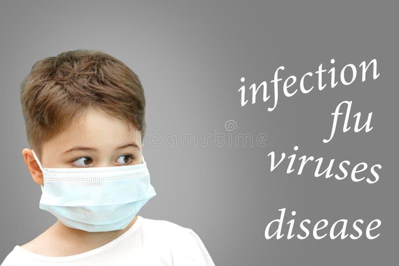 Pojke i den medicinska maskeringen p? hans framsida bredvid namnet av sjukdomar p? isolerad bakgrund arkivfoto