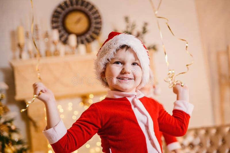 Pojke i den Santa Claus dräkten fotografering för bildbyråer