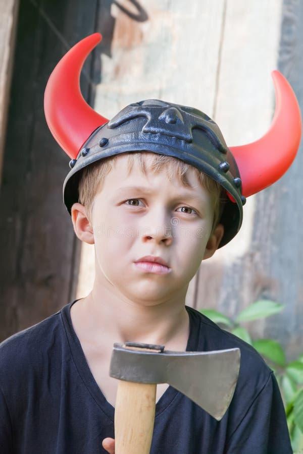 Pojke i den Viking hjälmen med horn royaltyfria foton