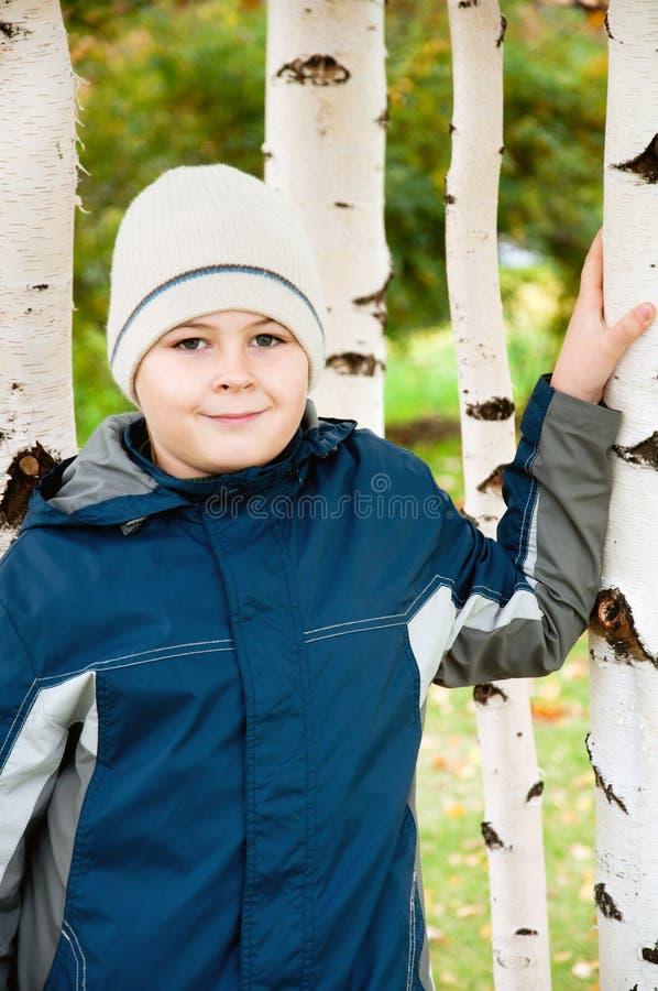 Download Pojke I En Björkskog I Höst Fotografering för Bildbyråer - Bild av hatt, öppet: 27281107