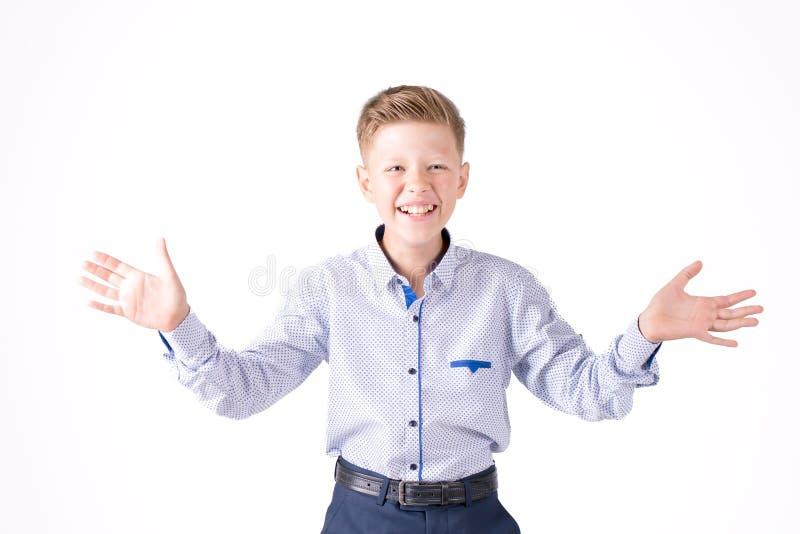 Pojke i en skjorta på en vit bakgrund arkivbilder