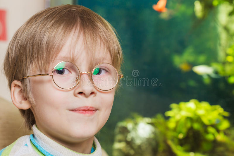 Pojke i exponeringsglas arkivbilder