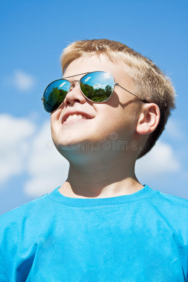 Pojke i exponeringsglasSun skydd royaltyfria foton