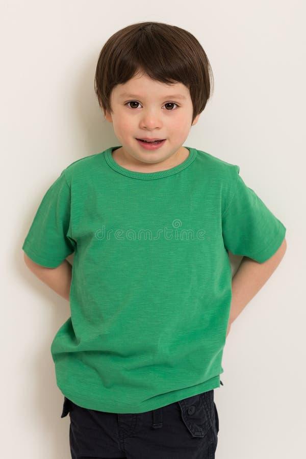 Pojke i grön t-skjorta fotografering för bildbyråer