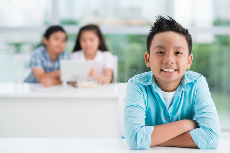 Pojke i klassrum royaltyfri foto