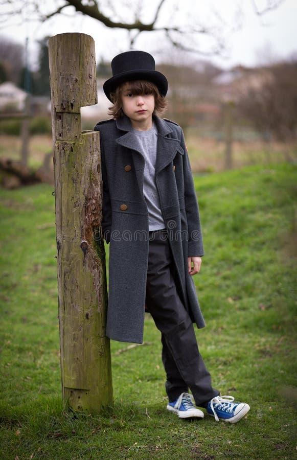 Pojke i långt lag och bästa hatt arkivfoto