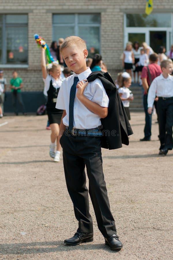 Pojke i near skola för band royaltyfri foto