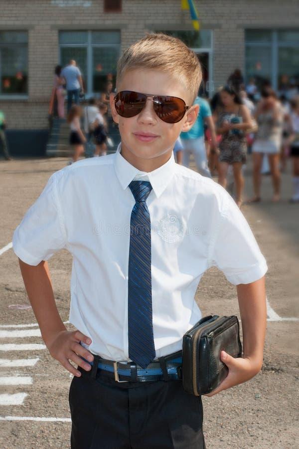 Pojke i near skola för band arkivfoton