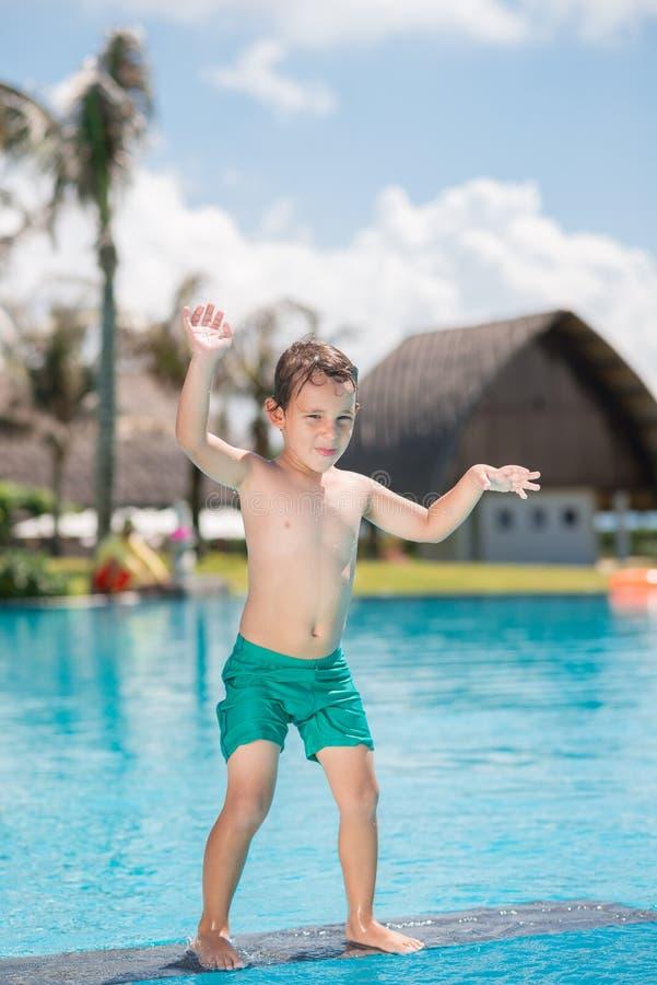 Pojke i simbassängen royaltyfri fotografi