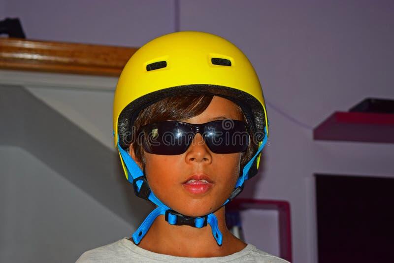 Pojke i skateboardhjälm royaltyfria bilder