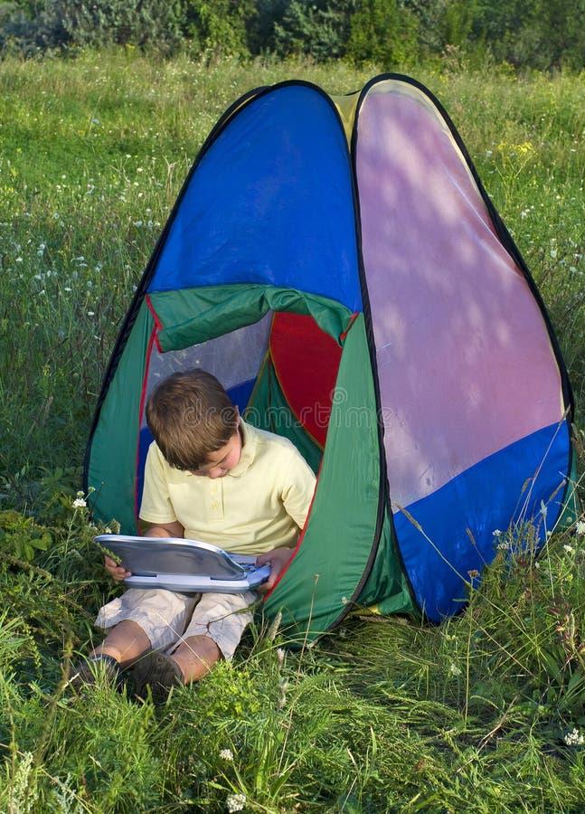 Pojke i solig dag för tält arkivbild