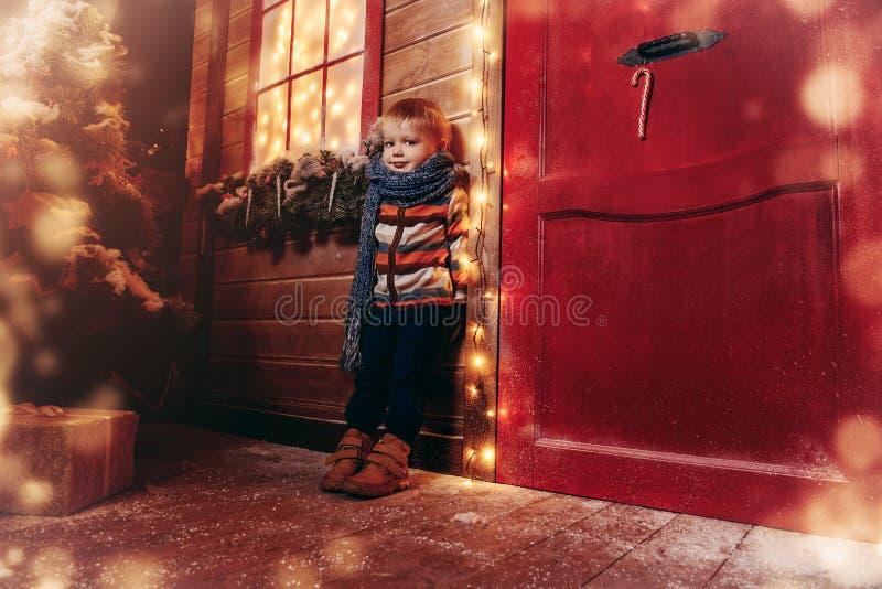 Pojke i vinterkläder arkivfoton