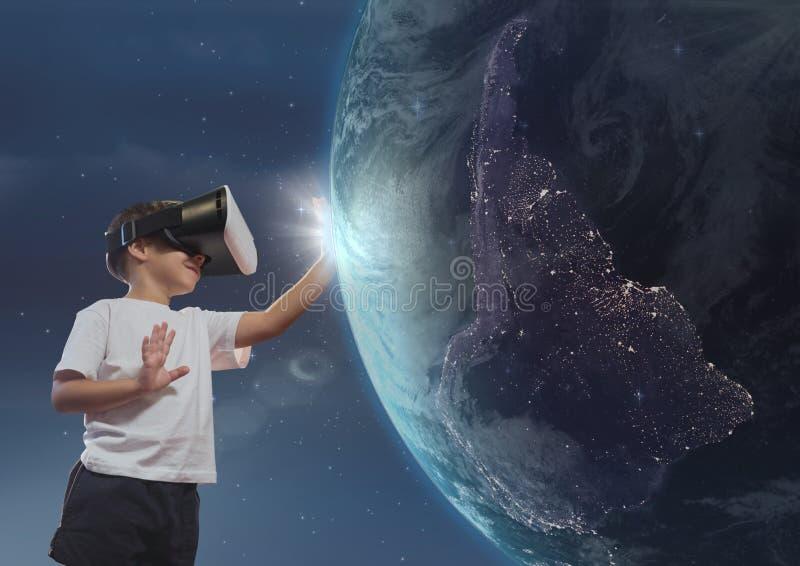 Pojke i VR-hörlurar med mikrofon som trycker på planeten 3D mot himmelbakgrund stock illustrationer