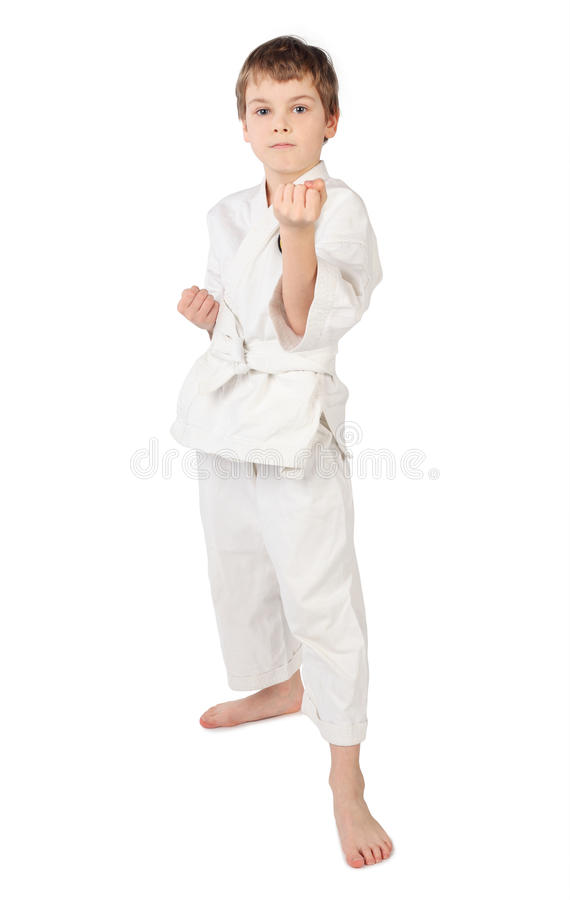 pojke isolerad karatekimono som plattforer vit arkivfoto