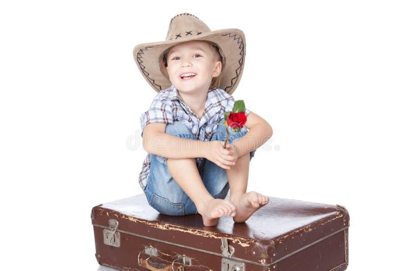 pojke känslomässigt över sittande resväskawhite royaltyfri foto