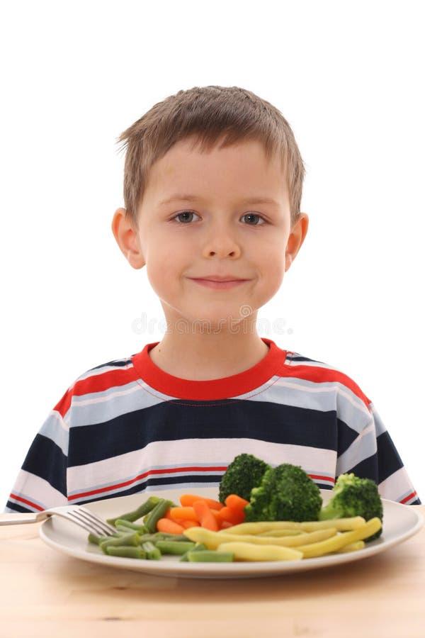 pojke lagade mat grönsaker arkivbild