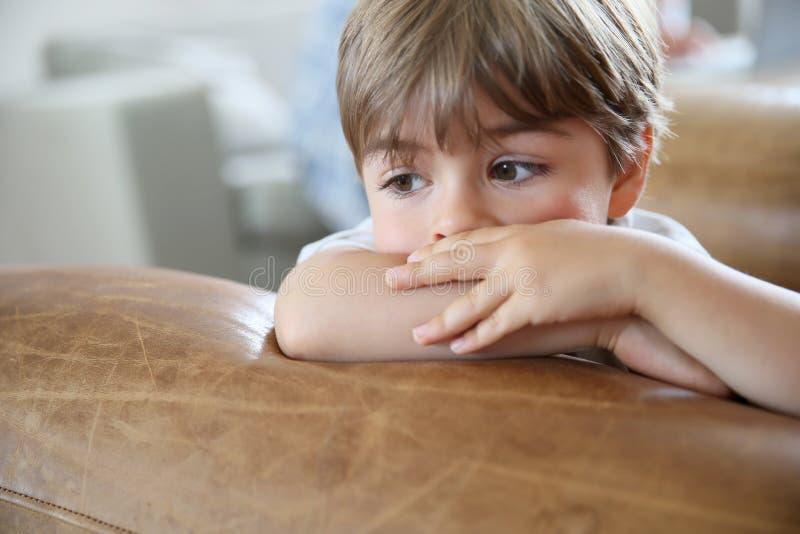 pojke little fundersam stående arkivfoton