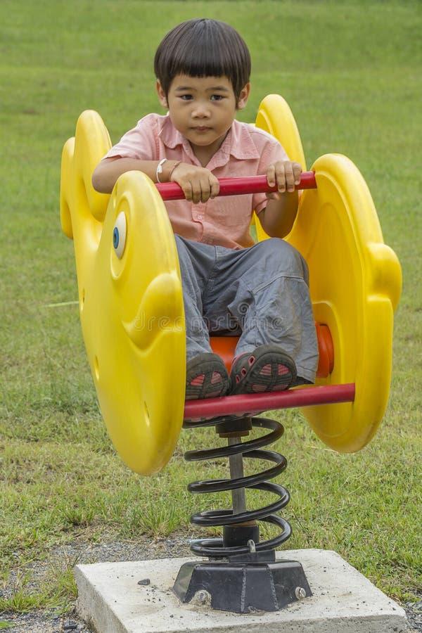 pojke little leka för lekplats arkivbilder