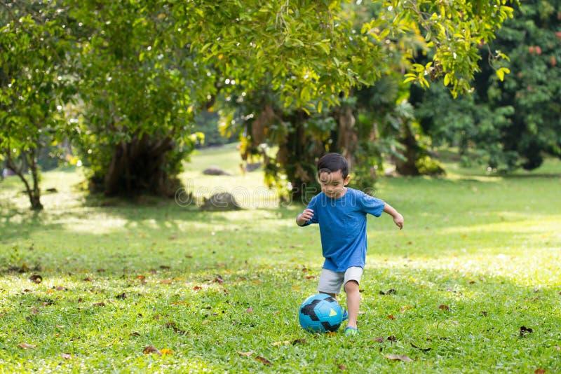 pojke little leka fotboll arkivbild