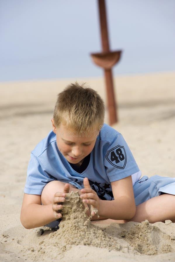 pojke little leka sand arkivfoto