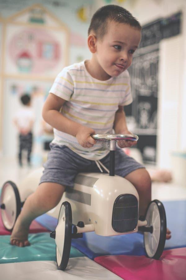 pojke little lekplats Bil för pysteckningsbarn fotografering för bildbyråer