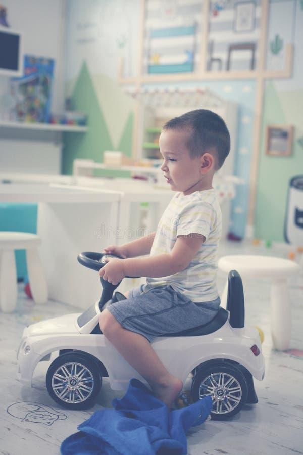 pojke little lekplats Bil för pysteckningsbarn royaltyfri bild