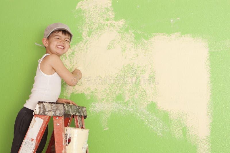 pojke little målningsvägg royaltyfri bild