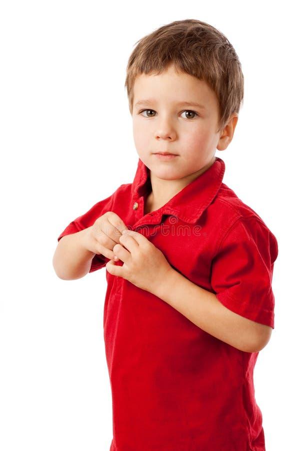pojke little röd allvarlig skjorta arkivbild