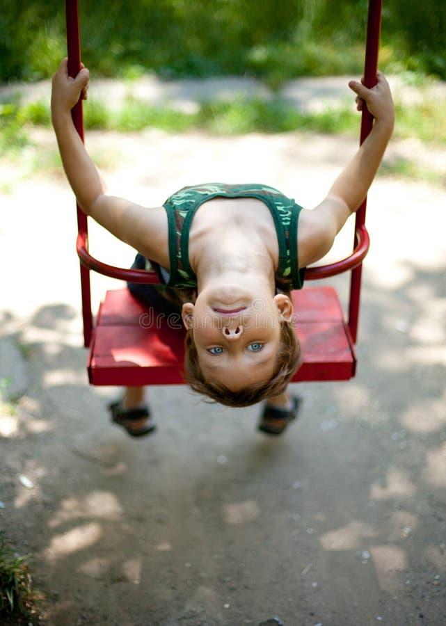 pojke little sittande swing arkivbild