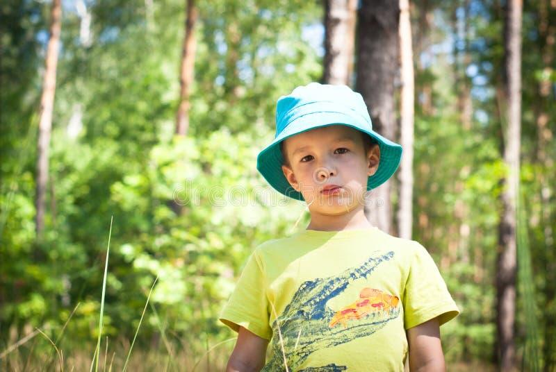 pojke little som är utomhus- royaltyfri fotografi
