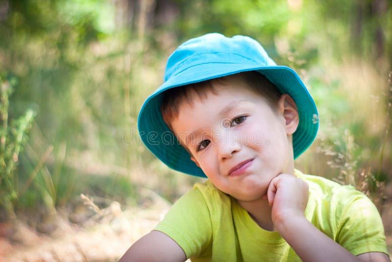 pojke little som är utomhus- fotografering för bildbyråer