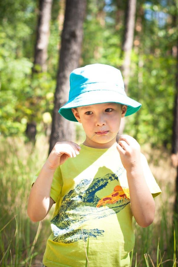 pojke little som är utomhus- royaltyfri foto