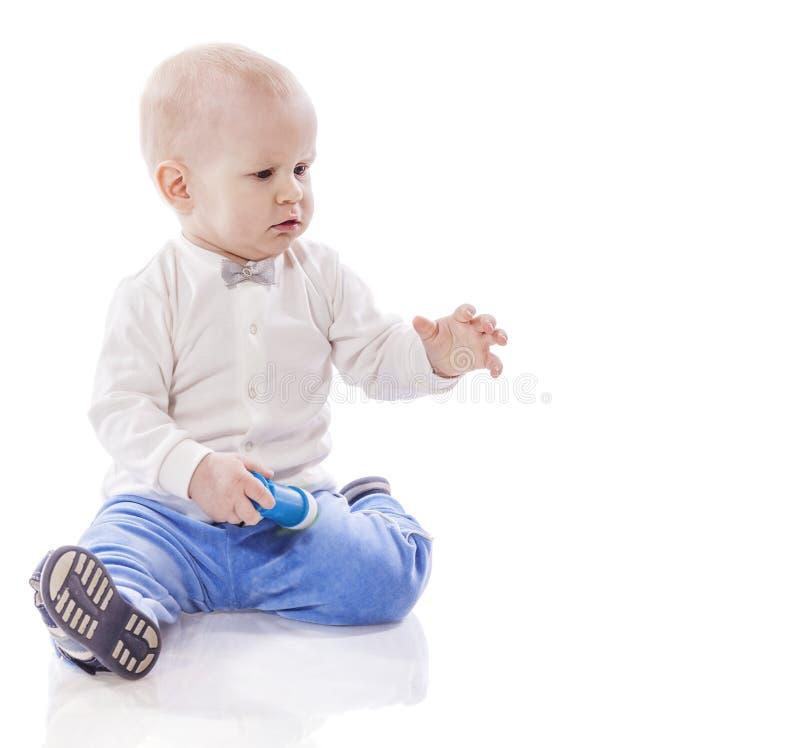 pojke little som leker arkivfoton