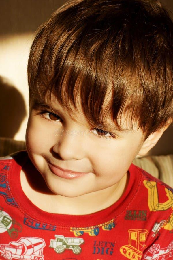 pojke little som ler fotografering för bildbyråer