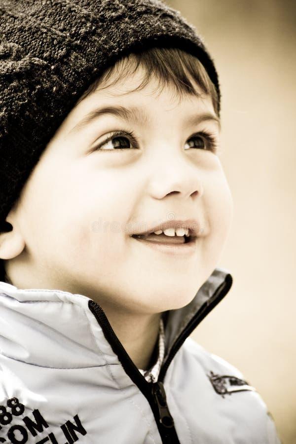pojke little som ler arkivbild