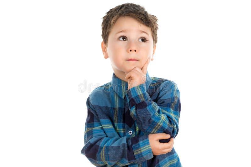 pojke little som tänker arkivfoton