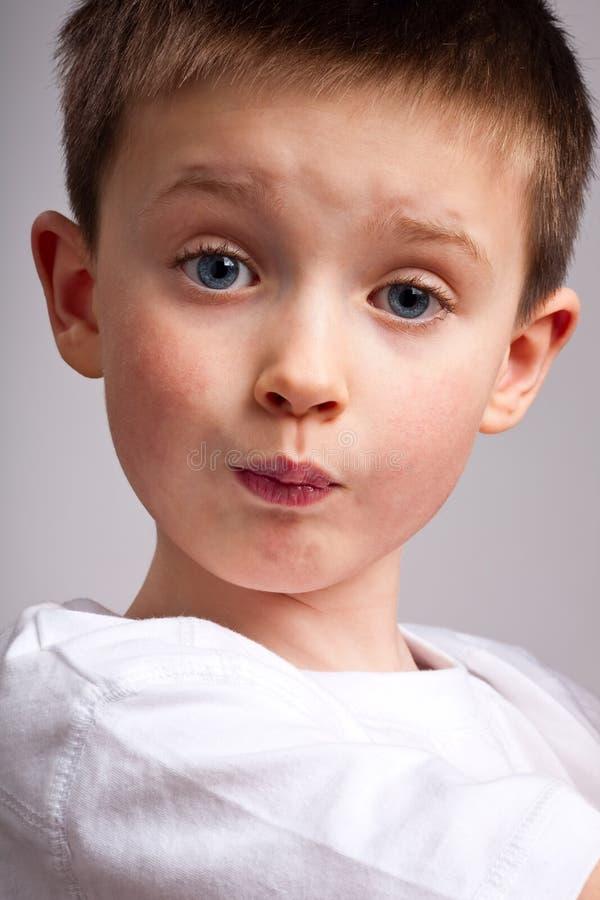 pojke little som trutar fotografering för bildbyråer