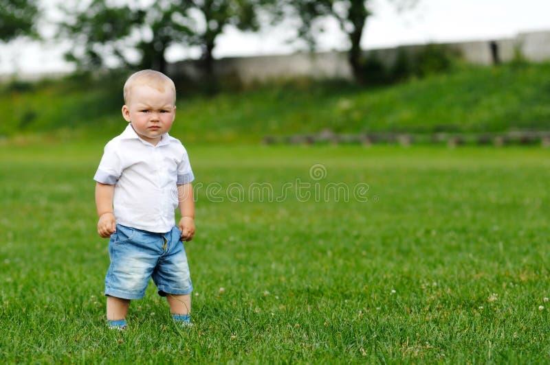 pojke little stående arkivbild