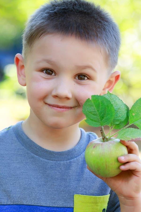Pojke med äpplet royaltyfri bild