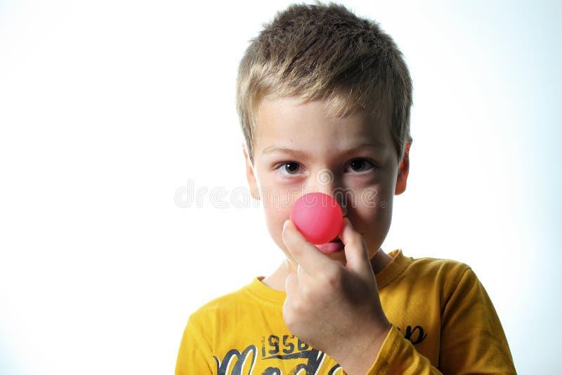 Pojke med den röda bollnäsan royaltyfria foton