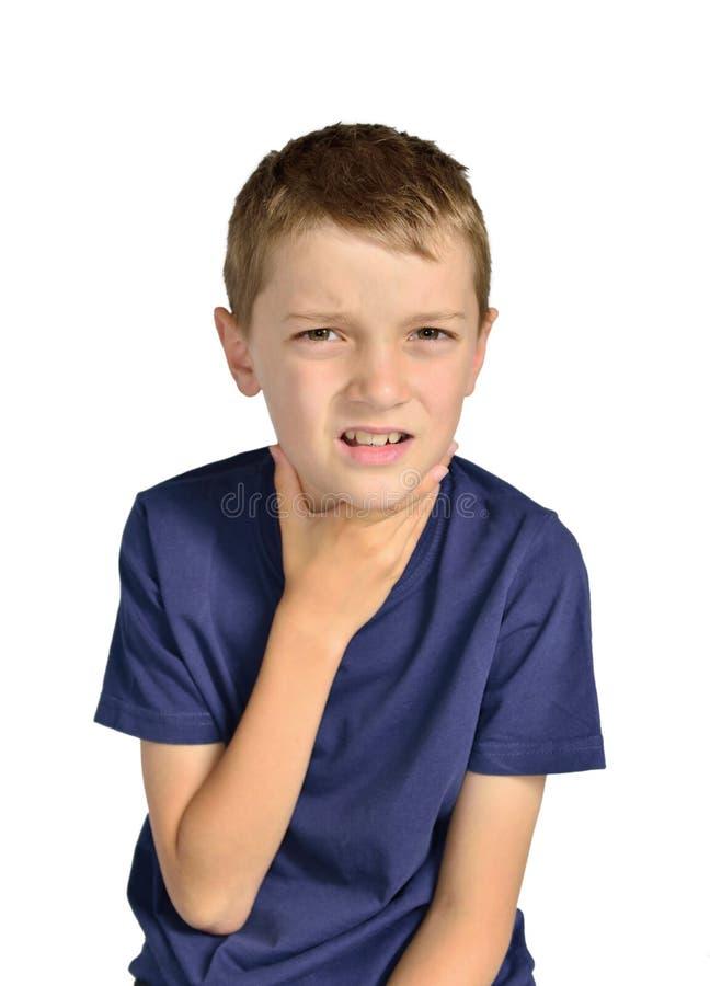 Pojke med den sjuka öm halsen arkivfoto