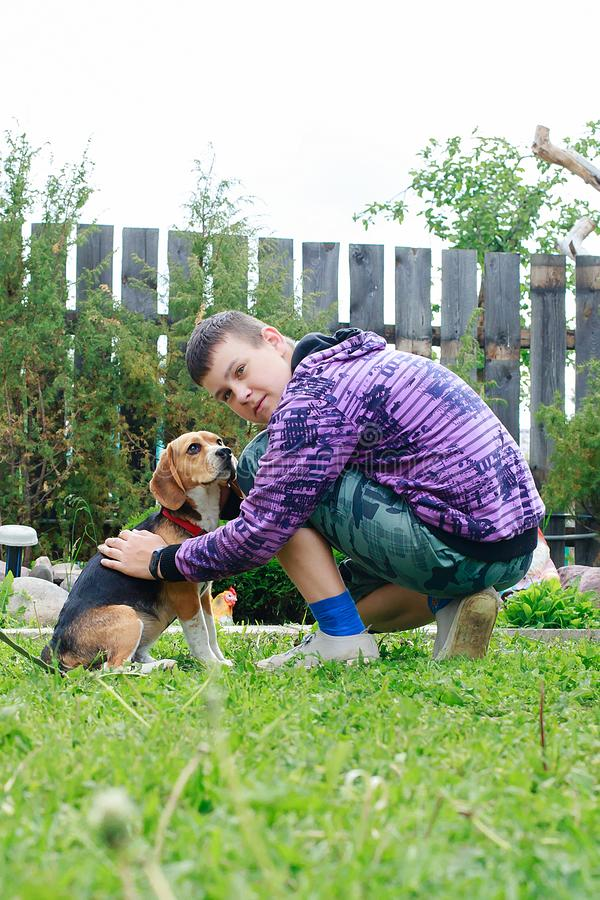 Pojke med en beaglehund i landet royaltyfria foton