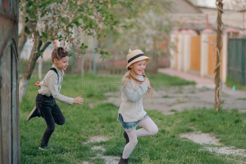 Pojke med en flickaspring arkivbild